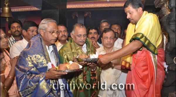 Mangalore J R Lobo shares Christmas joy with Muslims and in Kudroli Temple