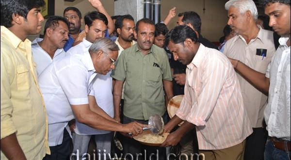 Mangalore DK bandh-J R Lobo distributes free food to stranded passengers
