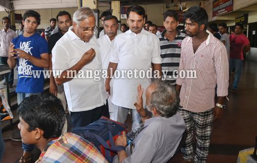 Vijayakumar Shetty, J R Lobo distribute food to stranded passengers at KSRTC bus stand