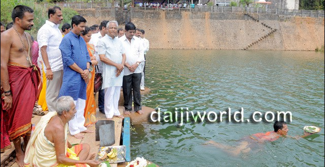Ramanath Rai offers 'Ganga Pooja', 'Bagina Arpane' at Thumbe