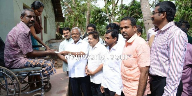 M'luru: J R Lobo hands over Rs 70,000 for house renovation
