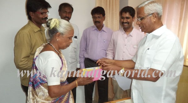 MLA JR Lobo handed over's cheque to anther family