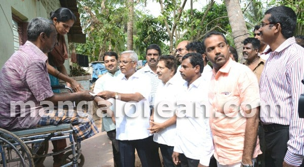 Mangaluru: MLA J R Lobo Hands over Rs 70,000 Cheque to Dayakar Bangera