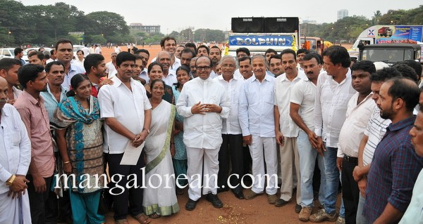 Janardhan Poojary along with MLA Lobo and Congress Party workers Send Hore Kanike to Ullal Dargah